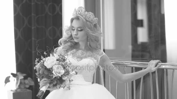 Gyönyörű menyasszony pózol a kamera. Fekete-fehér keret