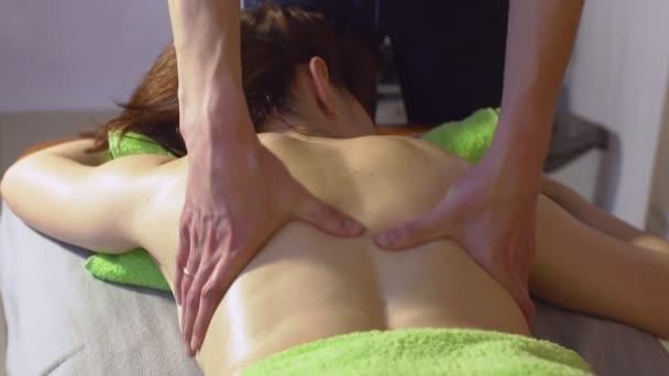Gyönyörű fiatal nő nyugtázni relxing masszázs