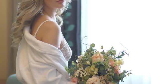 Krásná nevěsta s kyticí v ruce