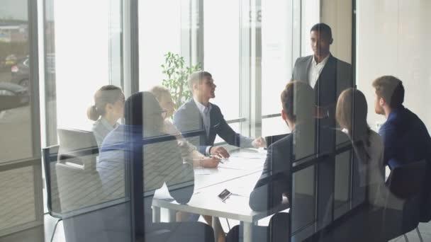 Kreativní tým jednání v moderní spuštění sady office