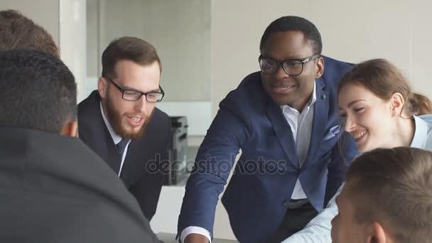 Kreativní tým jednání v moderní spuštění sady office. Zpomalený pohyb