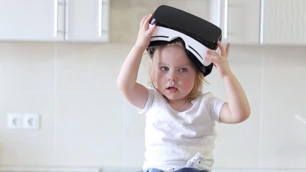 Virtual Reality Keuken : Meisje gebruikt een virtual reality bril in de keuken u stockvideo