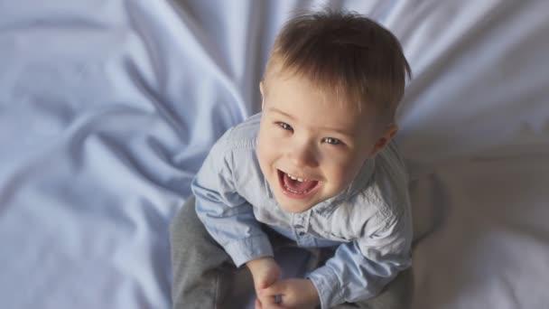 Happy Baby při pohledu na fotoaparát a smíchu, zpomalené.