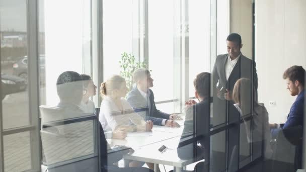 Mnohonárodnostní obchodních setkání týmu debaty, sdílení nových myšlenek.