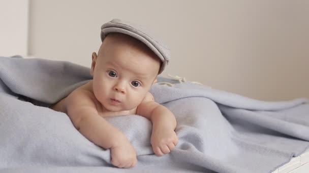 Sladké dítě se dívá do kamery