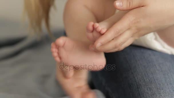 Malé novorozence Baby nohy na ženské srdce ve tvaru rukou Closeup