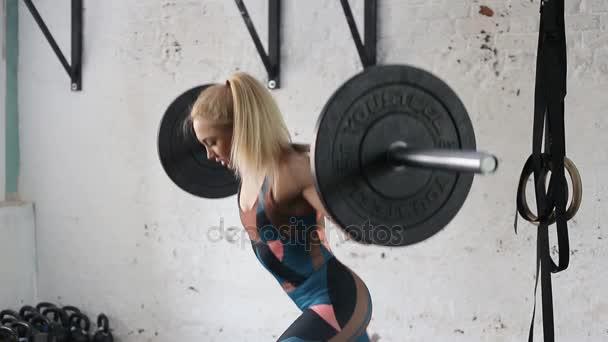 krásná mladá dívka dělá výpady s činka. atlet tom cvičení na nohy