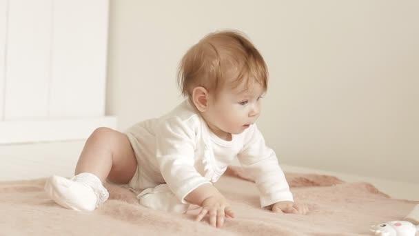 baba, gyönyörű kék szemek ágyon neki otthon. Aranyos kislány látszó-ba a kamera