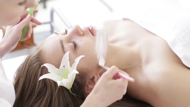Krásná mladá dívka dostává kosmetické ošetření v lázních zdraví