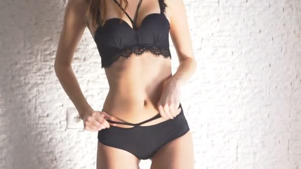 Roztomilá dívka v prádlo atraktivní dívka tancuje spodní prádlo. Krásné tělo, sexy tanečnice