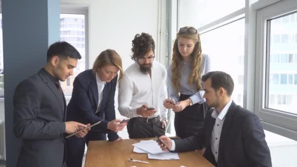 Clima di lavoro in ufficio. Gruppo di gente di affari discutendo questioni di business