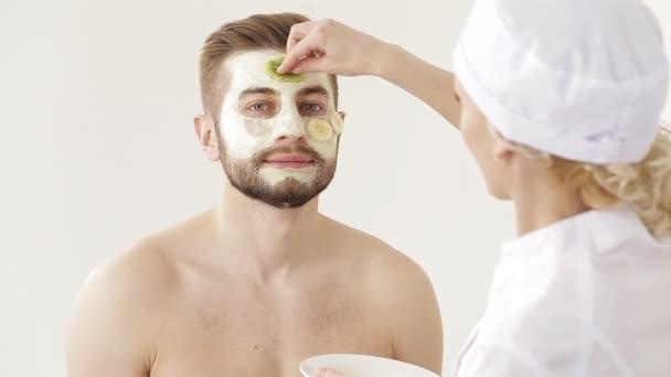 Kosmetička péči o kůži obličeje mladíka. člověk přijímá žádosti o ošetření obličeje