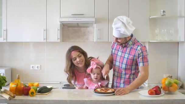 Šťastná rodina v kuchyni, Tatínek vyjme dort.