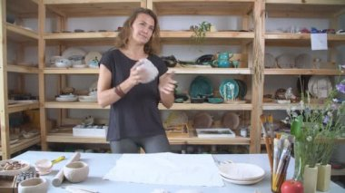Női szobrász pugging és dagasztó létrehozására kerámia-kerámia agyag. Művészeti és kézműves modellezés létrehozása