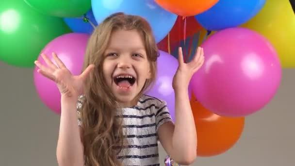 Malá dívka detailní portrét. dítě smát, bavit a blbnout