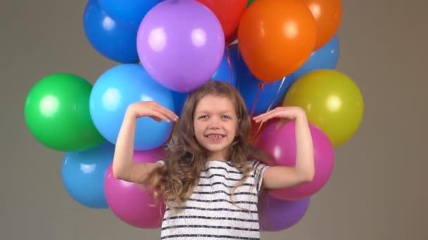 Boldogság és az öröm, a gyermek. a kislány nevetett, és mosolygott, a kamera. lassú mozgás