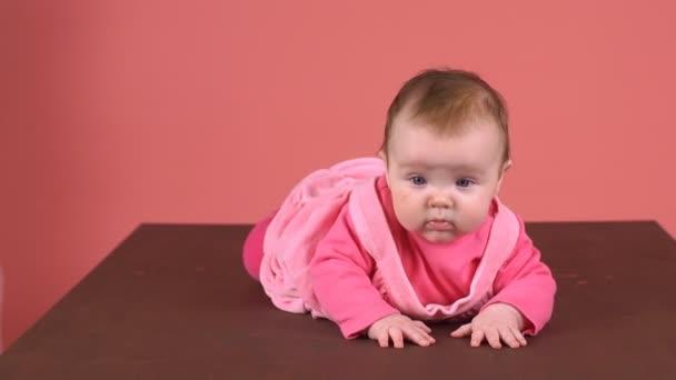 Krásná holčička představuje zábavný a bezstarostné úsměvy. Zpomalený pohyb