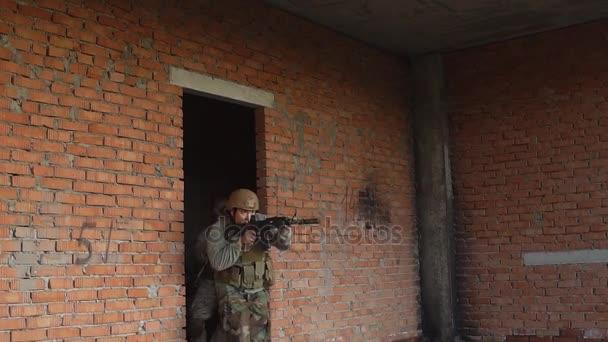 Lassú mozgás, a fegyveres katonák fut előre, támadás