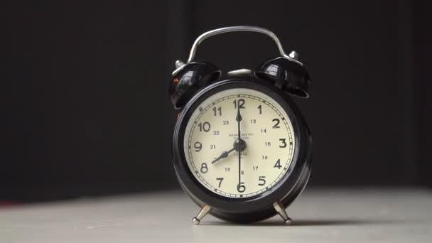 Wecker im traditionellen Stil läutet die Alarmglocken