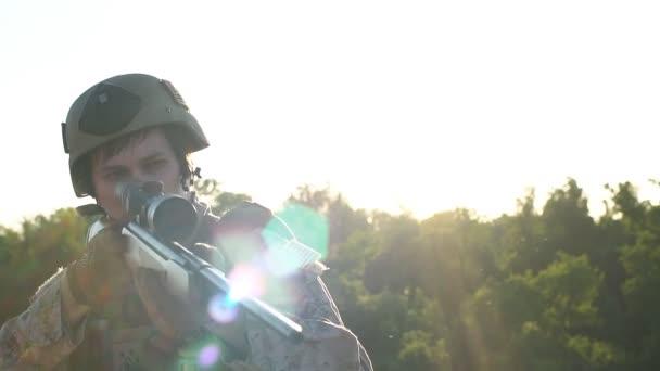 Lassú mozgás. Katonai mesterlövész úgy célja, hogy az optikai elől. Airsoft