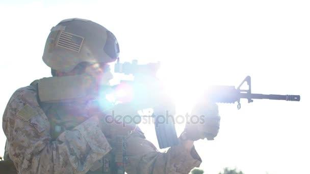 Az ember egy fegyver lövés katonai egyenruhában