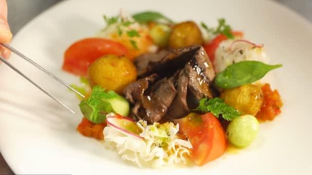 Kuchař zdobí salát