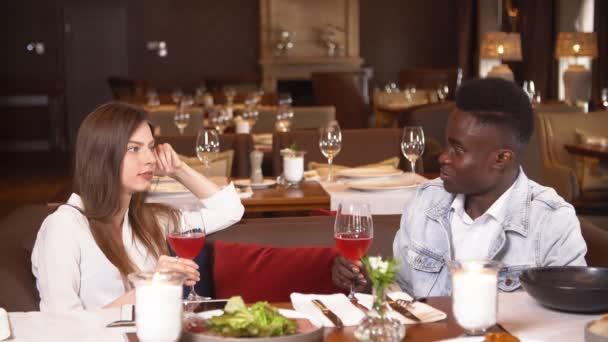 Pranzo Per Marito : Persone da pranzo presso il ristorante lifestyle in località uomo