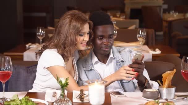 Lidé stolování v restauraci, životní styl v letovisku, člověče a žena na líbánky, manžel a manželka slaví výročí