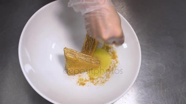 Detailní záběr na rukou šéfkuchař připravuje zákusek v restauraci