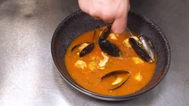 rukou šéfkuchař připravuje polévka v restauraci
