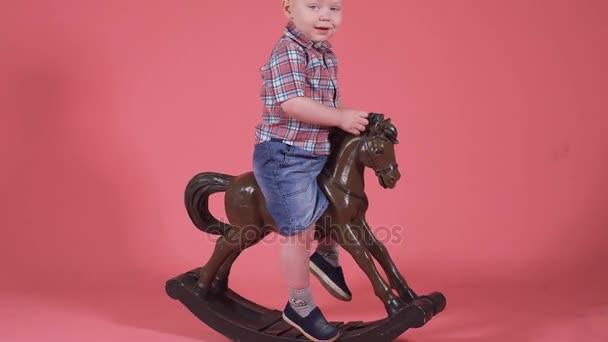 Portrét malého chlapce. Dítě pózuje pro kamery