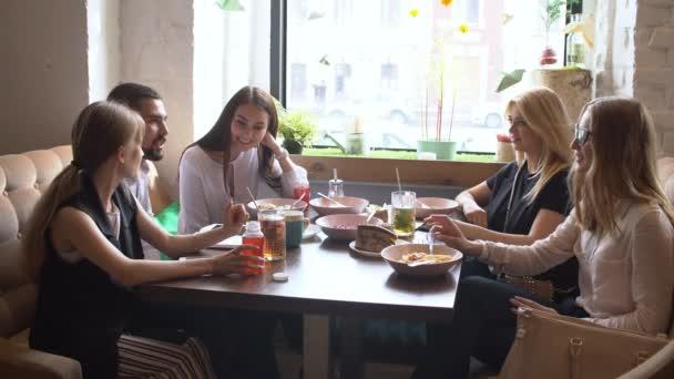 Obchodní tým s přestávku na kávu během jejich setkání. Setkání dvou pracovních