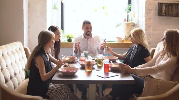 Pracovní oběd v restauraci, kavárna, kavárna.