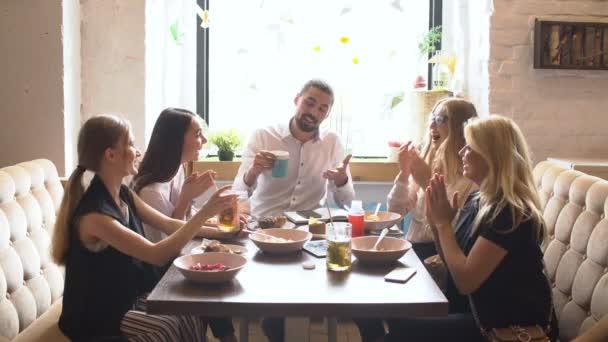Skupina přátel, lidé si společně na oběd