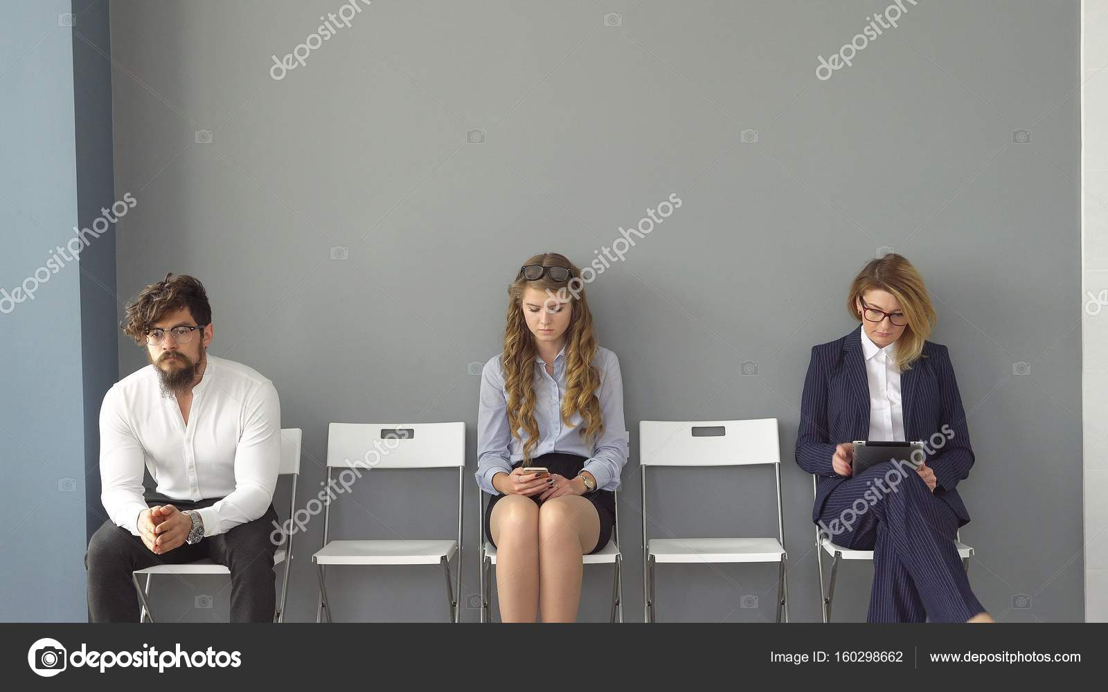 Jeunes gens attendent entrevues assis sur des chaises dans un