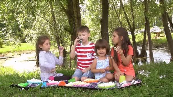 Négy gyermek játszani a spinners. Lassú mozgás