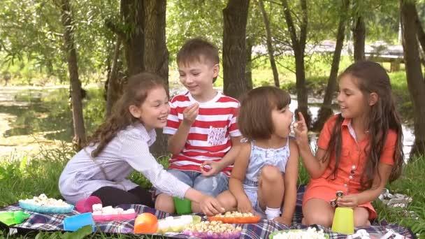 Skupina šťastných dětí hraní venku v létě parku. Zpomalený pohyb
