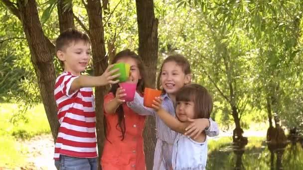 Čtyři děti baví v parku. Zpomalený pohyb