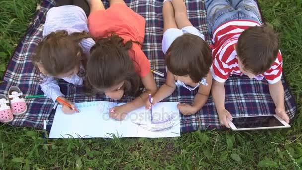 Vier Kinder vergnügen sich im Park. Zeitlupe