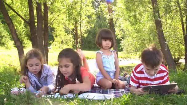 Négy gyermek és szórakozás a parkban. Lassú mozgás