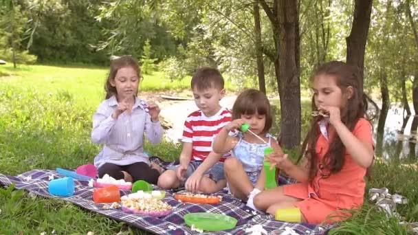 Čtyři děti si hrát s číselníky. Zpomalený pohyb