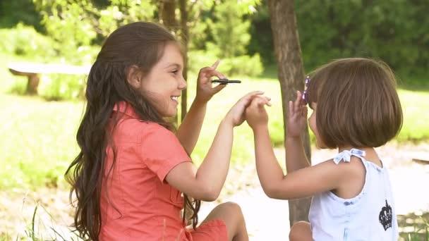 Dvě dívky sestry hrát s neposeda číselník, pomalý pohyb.