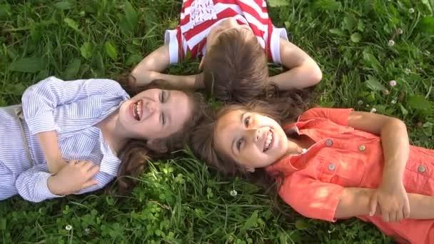 Boldog gyermek feküdt a fűben, nevetve össze, lassú mozgás