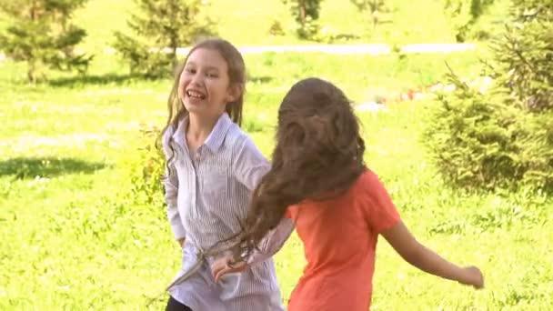Šťastné děti hrají venku v létě parku. Zpomalený pohyb
