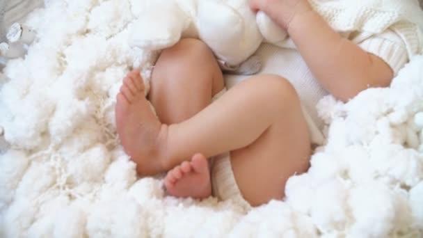 Roztomilé novorozeně spí ve studiu