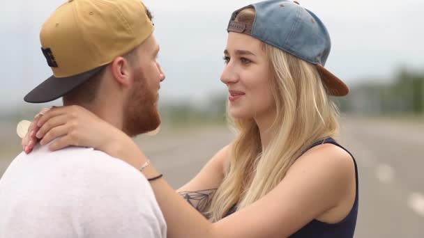 Milující pár objímání a líbání. Zpomalený pohyb
