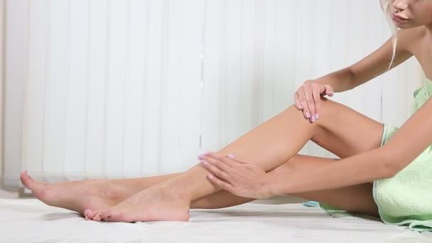 Žena s sladké perfektní vzhled její krásné nohy