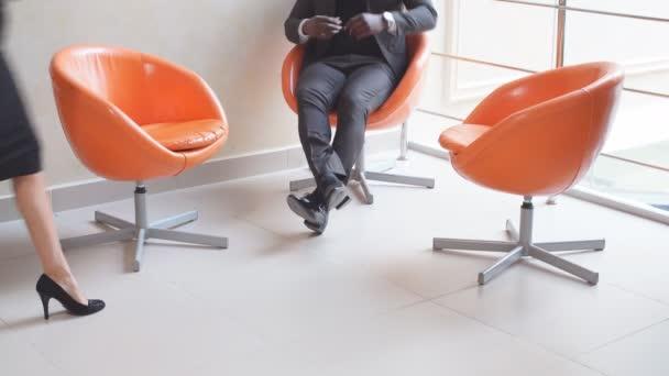 Skupina podnikatelů pomocí tabletového počítače během setkání