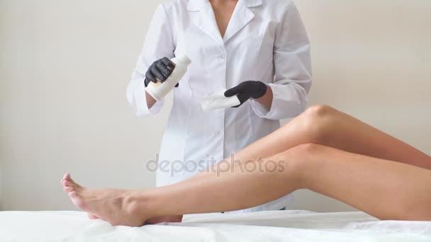 Profesionální žena v spa kosmetika dělá epilace cukrem