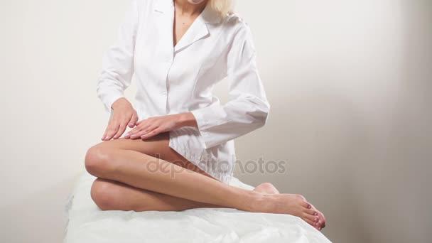 Concetto di rimozione di capelli. Mano di Womans che tocca Sexy gambe lunghe. Giovane donna toccare la sua perfetta senza peli liscia pelle morbida e setosa. Concetto di cura di bellezza corpo